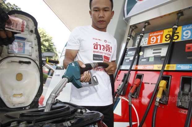 An attendant at a Caltex petrol station fills a motorbike with gasohol 95, a type of fuel scheduled to be phased out by 2027 under the Energy Business Department's National Oil Plan. (Photo by Thanarak Khunton)