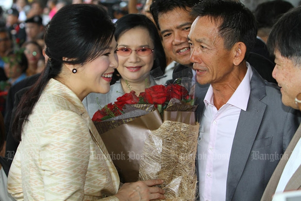 Yingluck Shinwatra is greeted by supporters on Friday as the former prime minister arrivd at the Supreme Court's Criminal Division for Political Office-Holders for alleged dereliction of duty in the rice-pledging scheme. (Photo by Tawatchai Kemhumnerd)