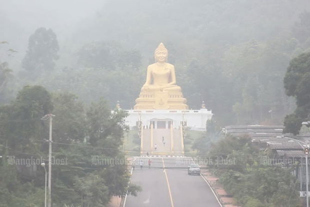 The Nakhon Si Thammarat-Phrom Khiri road in Nakhon Si Thammarat is covered by haze from forest fires in Sumatra, Indonesia, in October 2015. (Bangkok Post file photo)