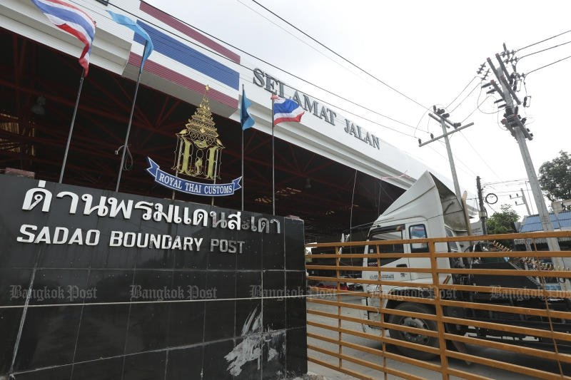 The Sadao Special Economic Zone (also called the Songkhla SEZ) is the special target of investigations into charges that foreign firms are using Thai nominees to invest. The Bahasa Malaysia sign reads