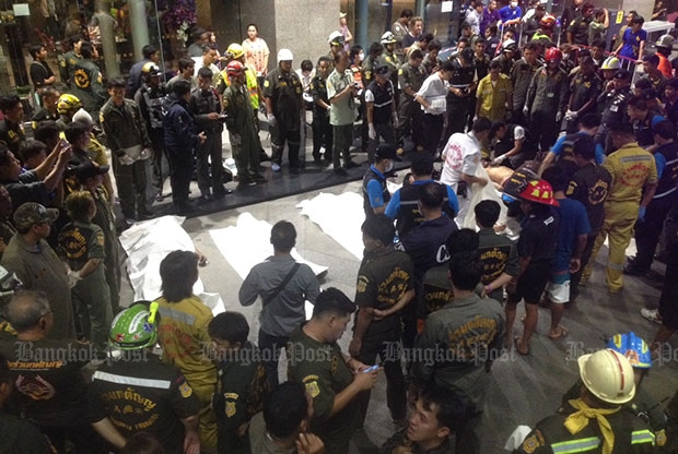 Bodies of the disaster victims were laid just outside the bank's doors by paramedics late Sunday. (Photo by Thanarak Khunton)