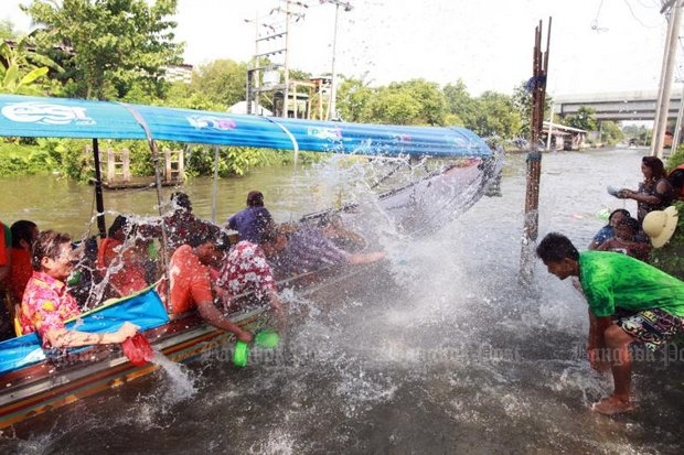 This is permitted: City Hall says people in Bangkok can splash for three days, during daylight, during Songkran 2016. (Post Today file photo)