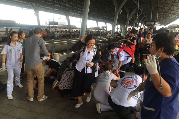 Rescue workers provide first-aid to passengers who passed out, at Ramkhamhaeng station of the Airport Rail Link. (Photo by TumRKU Chinkate293 via FM91Trafficpro Facebook page)