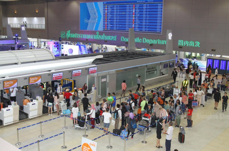 Thai and foreign travellers check in at Don Mueang airport. (Photo by Tawatchai Kemgumnerd)