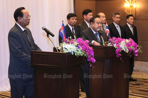 At the podiums, Cambodian Defence Minister Tea Banh, left, and his Thai counterpart Gen Prawit Wongsuwon discuss the results of the 11th General Border Committee at the Thai Defence Ministry on Thursday. (Photo by Pattanapong Hirunard)