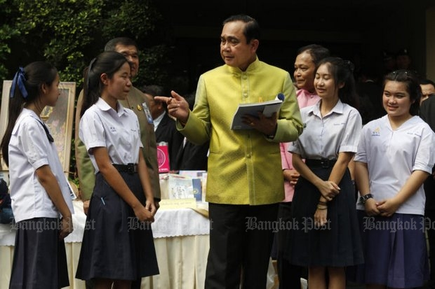 These students did not criticise the government, and are ineligible for re-education classes. They were actually showing Prime Minister Prayut Chan-o-cha learning materials while setting up an April 1-24 education fair at Khlong Phadung Krung Kasem market near Government House. (Photo by Thanarak Khunton)