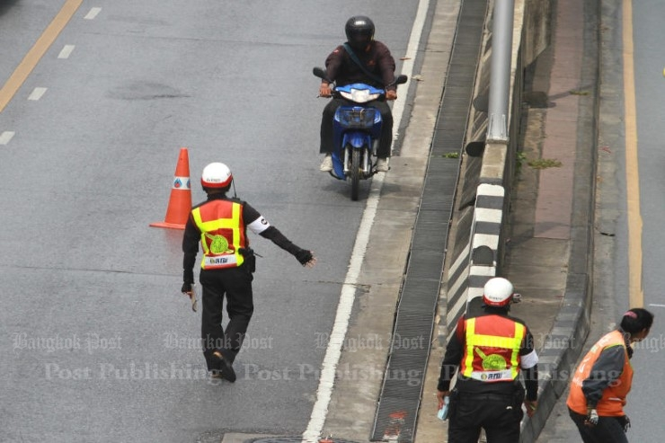A temporary 90-day order has been issued to prohibit motorcyclists from using all flyovers and underpasses across Bangkok. (Bangkok Post file photo)