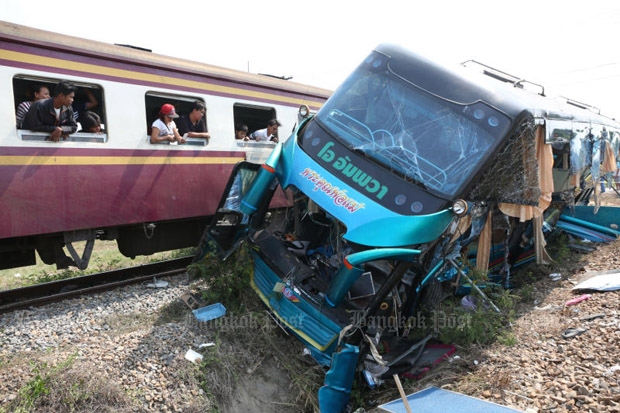 Passengers look at the bus wreck after the fatal crash in Nakhon Pathom province on Sunday. (Photo by Pattarapong Chatpattarasill)
