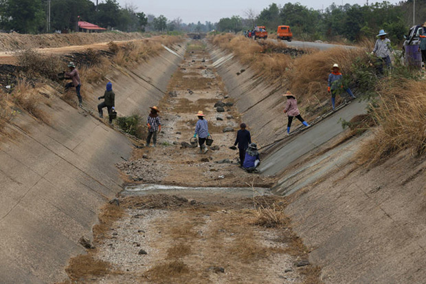 In this March 28 photo, workers repair a dried up irrigation canal at Chai Nat province. Much of Southeast Asia is suffering its worst drought in 20 or more years. Tens of millions of people in the region are affected by the low level of the Mekong, a rice bowl-sustaining river system that flows into Laos, Thailand, Cambodia and Vietnam.(AP photo)