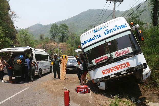 Rescue workers rush to take injured people to a hospital after a tour bus operating between Khon Kaen and Chiang Mai skid off a road in Phetchabun's Lom Sak district on Friday morning, causing the driver and two passengers to suffer injuries. (Bangkok Post photo)