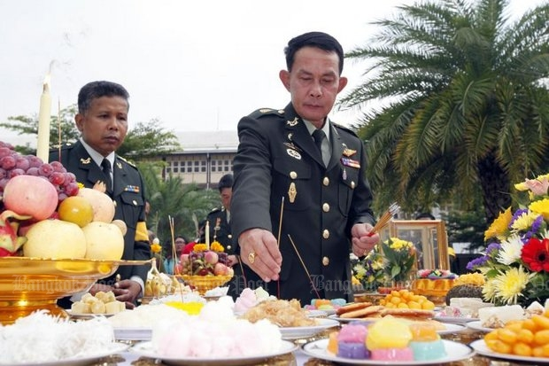 Gen Preecha Chan-ocha. brother of the prime minister and father of the controversial new Ministry of Defence employee, takes his sacred oath to serve honestly at the ministry last September.  (Photo by Apichart Jinakul)