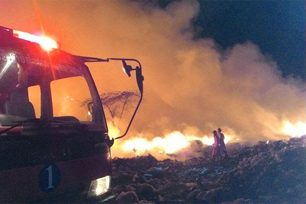 Firemen battle to contain the flames at the garage dump overnight in Kabin Buri district. (Photo taken from Joen Techa Na Suwan rescue volunteer facebook page)