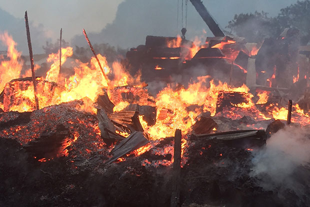 Flames devour the furniture factory immediately across the border from Sangkhlaburi district of Kanchanburi province early on Thursday.(Photo by Piyarach Chongcharoen)