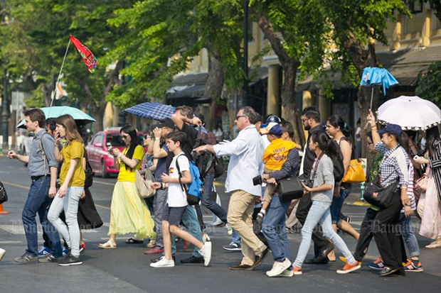 A guide leads a tourist group through the Grand Palace area March 24. International tourist arrivals rose 15.45% in the first three months of 2016. (Post Today photo)