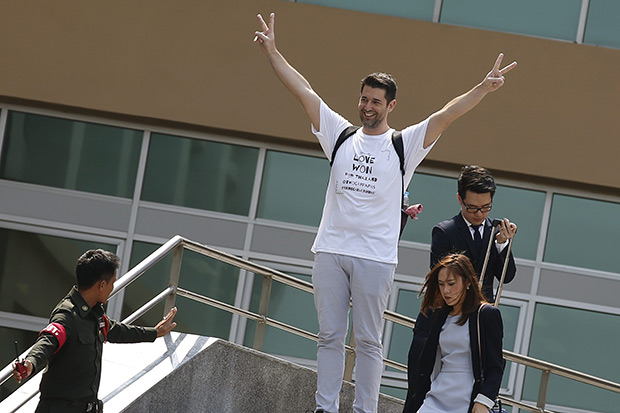 Spaniard Manuel Santos gestures in victory after hearing the judgement of the Central Juvenile and Family Court in Bangkok April 26. The court decided that Spanish-American same sex couple, Gordon Lake and Mr Santos, have the rights to leave Thailand with their baby Carmen. (EPA photo)