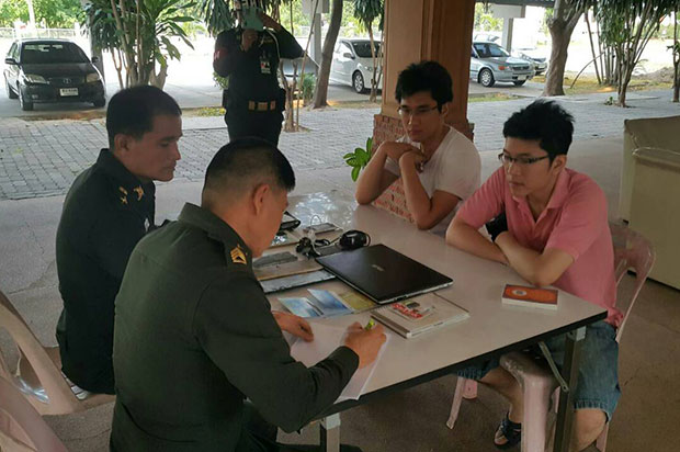 Harit Mahaton and Nithi Kooltasnasilp have taken to a Sri Patcharin military camp in Khon Kaen's Muang district on Wednesday. (Photo by Chakrapan Natunri)