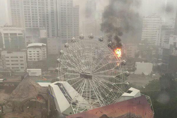 The giant Ferris wheel at Dinosaur Planet Park caught fire on Saturday afternoon. (Picture from @suteeradas via @js100 Twitter)