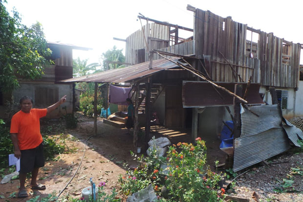 Chin Chairangsee, 60, shows his storm-damaged house in Ban Chiang Yuen, tambon Bor Suak of Muang Nan district, Nan, on Wednesday. (Photo by Rarinthorn Petcharoen)