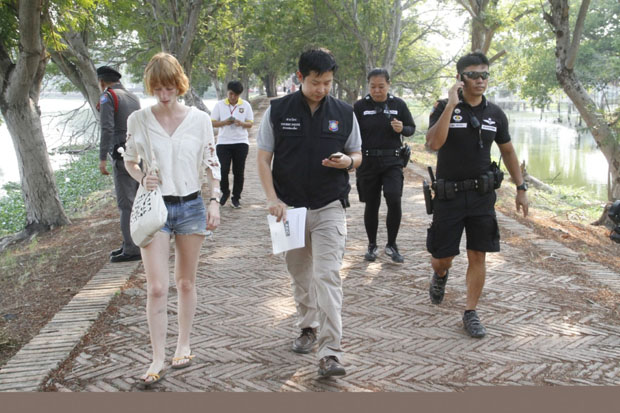 Tourist police with German Friede Hartwig, 20, who was injured in an attempted robbery at Ayutthaya Historical Park in Ayutthaya province on Wednesday. (Tourist police photo)