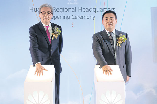 Deputy Prime Minister Somkid Jatusripitak (left) joins David Sun, president and chief executive of Huawei Southeast Asia, to officially open the regional headquarters in Bangkok yesterday.NUTTHAYA SUTTHICHAROEN