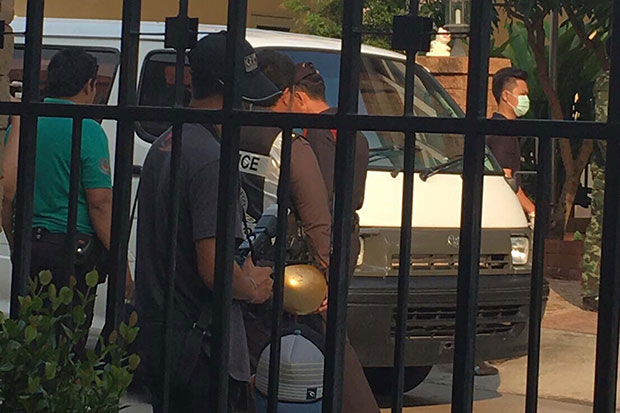 Police and soldiers seen searching the home of Worachai Hema in Samut Prakan province on Thursday morning. The media was refused entry. (Photo by Sutthiwit Chayutworakan)