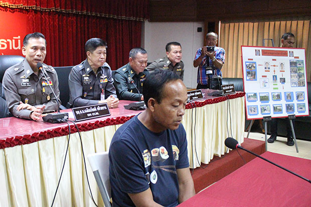 Murder suspect Boonna Thong-ngam sits in front of police officers and answers questions during a media briefing at the provincial police office in Muang district in Udon Thani on Monday. (Photo by Yutthapong Kamnodnae)