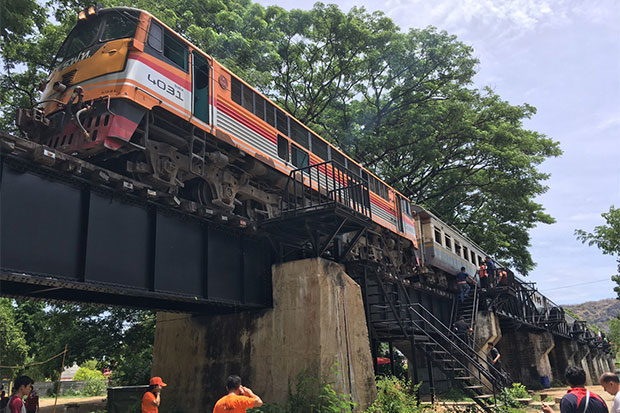 Thon Buri-Nam Tok train No 257 stops on the River Kwai Bridge after hitting a 52-year-old Japanese businessman taking a selfie on Saturday morning. Haruhisa Saito is being treated in hospital for broken ribs and head injures. (Photo by Piyarach Chongcharoen)