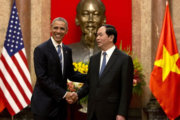 US President Barack Obama (left) and Vietnamese President Tran Dai Quang shake hands at the Presidential Palace in Hanoi on Monday. (AP photo)