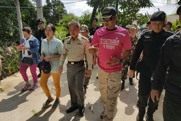Thanya Netithammakun (centre), director-general of the Department of National Parks, Wildlife and Plant Conservation, leads an attempt to reclaim national forested areas from resorts on Koh Samet island, Rayong, on Tuesday. (Photo by Jumphol Nikomruk)