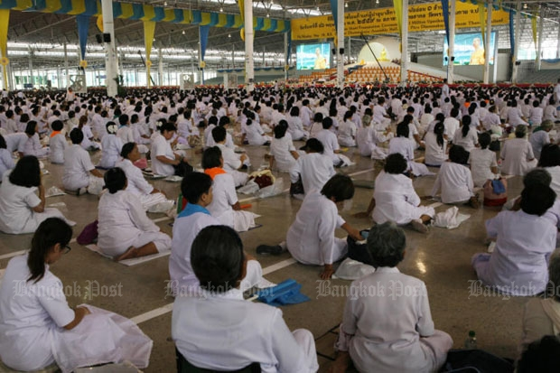 Followers gather at Wat Phra Dhammakaya in Pathum Thani as an order is confirmed for the abbot to acknowledge criminal charges with the Department of Special Investigation on Thursday. (Photo by Apichit Jinakul)