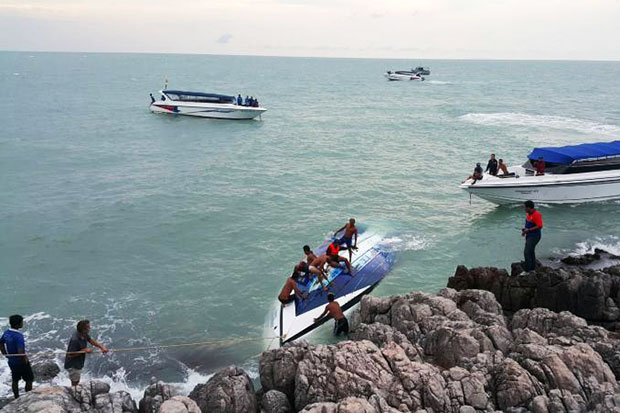 Rescuers salvage the capsized speedboat, Aang Thong Discovery 3 near Koh Samui on Thursday. (Photo by Supapong Chaolan)