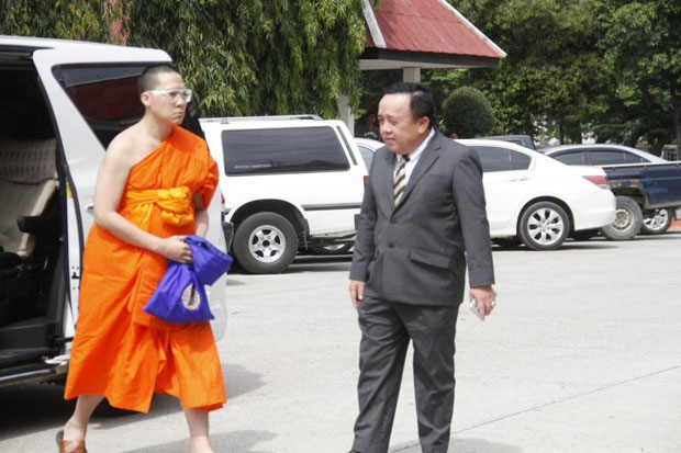 Janepob Veeraporn, left, arrives at the Ayutthaya provincial court with his uncle Charoen Kaewyodla. (Photo by Sunthorn Pongpao)