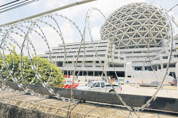 The Dhammakaya sect's security team has erected concertina