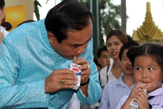 Prime Minister Prayut Chan-o-cha and young TV actress Natchavee 'Natcha' Kosolpisit drink milk at Government House to mark For Tuesday's World Milk Day 2016. (Photo by Apichart Jinakul)
