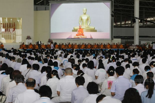 Devotees attend a merit-making ceremony at Wat Dhammakaya in Pathum Thani on the Holy Day on Saturday. (Photo by Apichit Jinakul)