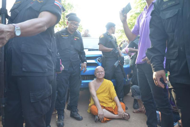 Phra Wisutthi Sarathera or Luang Ta Chan, abbot of the Tiger Temple, sits to block a convoy of forest officials who were transporting seized Asiatic black bears from his temple in Kanchanaburi province in April last year. (Photo by Piyarach Chongcharoen)