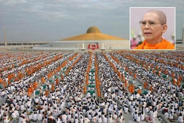 Thousands of Dhammakaya monks and followers gather for prayers at the space-age temple of the group, and to hear abbot Dhammajayo, now the target of a DSI investigation.(Bangkok Post file photo)