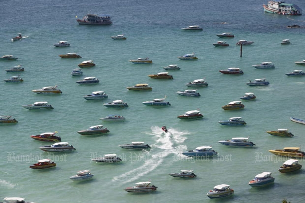 Speedboats race for service off Pattaya City (photo by Pattarapong Chatpattarasill)