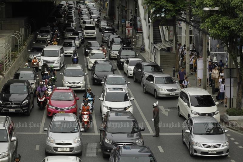Policeman directs traffic on Sathon Road, Bangkok. (Photo by Pornprom Satrabhaya)