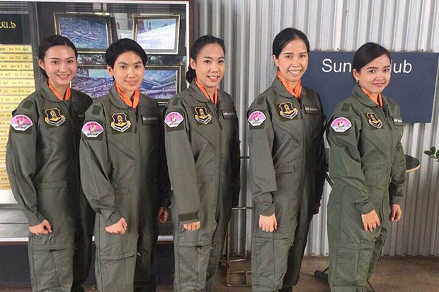 Chonnisa Supawannapong (right) and Sireethorn Lawansatian (second from left), with commissioned officers Karnchanok Janyarak, Peerasri Jalpaisarn and Chanakarn Sornjarn. (Photo courtesy of the Royal Thai Air Force)