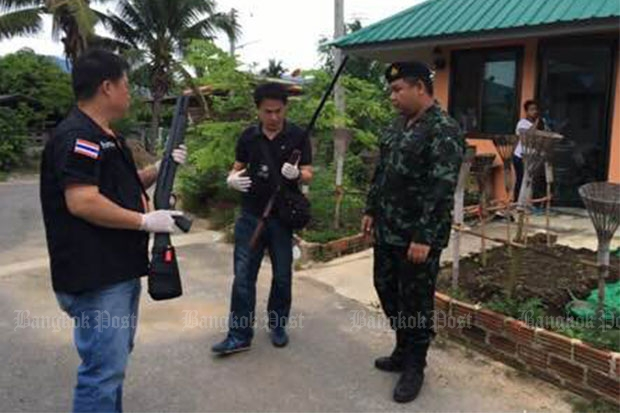 Soldiers seize two rifles from the house of the Mae Rim municipality mayor. (Photo by Cheewin Sattha)
