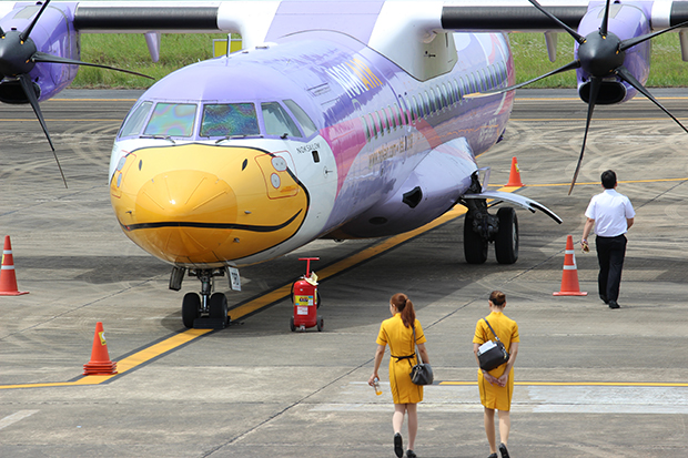 The grounded Nok Air plane that made an emergency landing at Chumphon airport after the pilot reported cracks in the front-facing, port side cockpit window. (Photo by Amnat Thongdee)