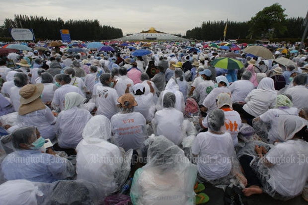 Followers of Phra Dhammajayo pack the grounds of Wat Phra Dhammakaya, preventing DSI officials from arresting abbot Phra Dhammajayo after they entered the temple with a search warrant on Thursday.(Photo by Pattarapong Chatpattarasill)
