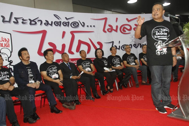 Jatuporn Prompan, right, and other leaders of the United Front for Democracy against Dictatorship announced their charter referendum monitoring centres at the Imperial shopping centre in Lat Phrao area, Bangkok, on June 5. (Photo by Thanarak Khunton)