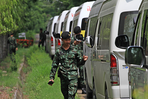 Soldiers examine vans at Future Park Rangsit shopping centre during a crackdown on illegally operated passenger vehicles on Wednesday. (Photo by Pongpat Wongyala)