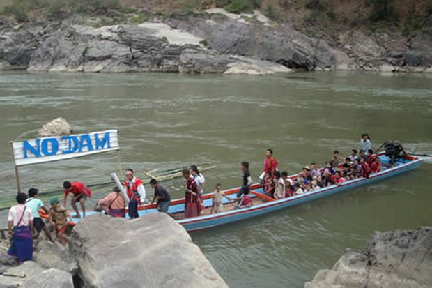Karen people stage a protest against government plans for dams on the Salween River. Myanmar leader Aung San Suu Kyi appears to be requesting more Thai investment in the hydropower dam plans. (Photo courtesy Karen News)