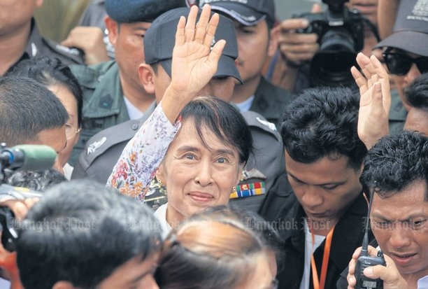 Aung San Suu Kyi waves to Myanmar migrant workers who gathered in large numbers to receive her during her visit to Samut Sakhon's Mahachai district in 2012. She returns to the province Thursday. (Bangkok Post file photo)
