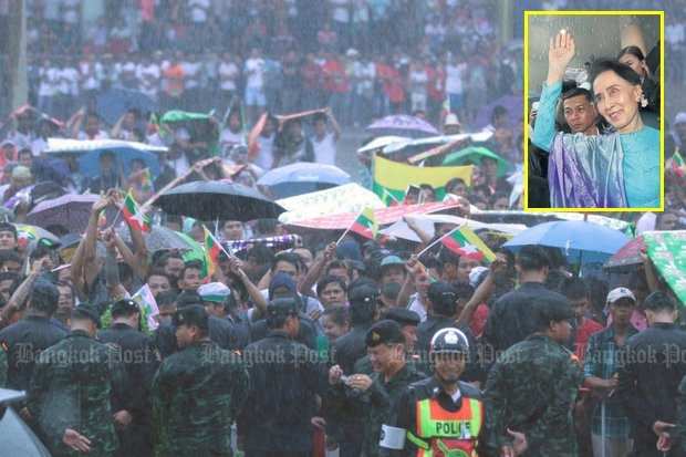 Myanmar migrant workers braved driving rain during the wait to meet Ms Suu Kyi at Talay Thai. (Photos by Chanat Katanyu)