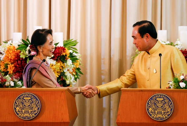 Myanmar State Counsellor Aung San Suu Kyi shakes hands with Prime Minister Prayut Chan-o-cha during a ceremony at Government House on Friday. (Reuters Photo)