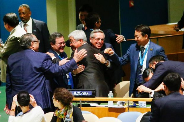 Foreign Minister Erlan Idrissov of Kazakhstan (center) gets hugs and handshakes after Kazakhstan won the Security Council seat early Wednesday Thailand time. (AFP photo)